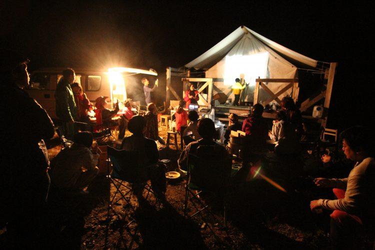 鳴子温泉郷とは - 鳴子の夜の祭りの様子